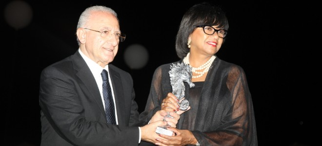CONNECTING THE MOST INFLUENTIAL GLOBAL PERSONALITIES IN THE NAME OF ART AND FRIENDSHIP.  AMPAS PRESIDENT CHERYL BOONE ISAACS AND CAMPANIA REGION PRESIDENT VINCENZO DE LUCA CELEBRATE THE CULTURAL BRIDGE BETWEEN ITALY AND HOLLYWOOD.